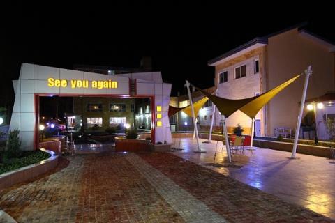 محوطه بیرون اسلوفود در شب